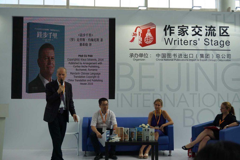 Constantin Lupeanu prezintă cartea președintelui Klaus Iohannis în limba chineză, august 2016 © foto ICR