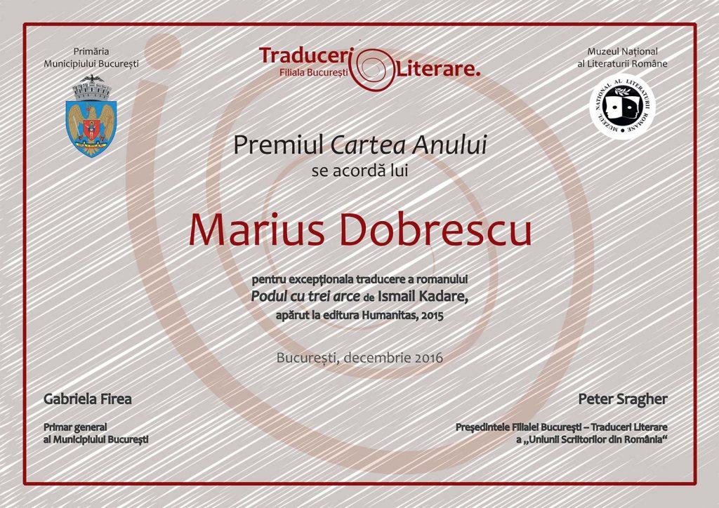 Premiul Cartea Anului s-a acordat domnului Marius Dobrescu pentru traducerea excepțională a romanului: Podul cu trei arce de Ismail Kadare, apărut la Editura Humanitas, 2015.