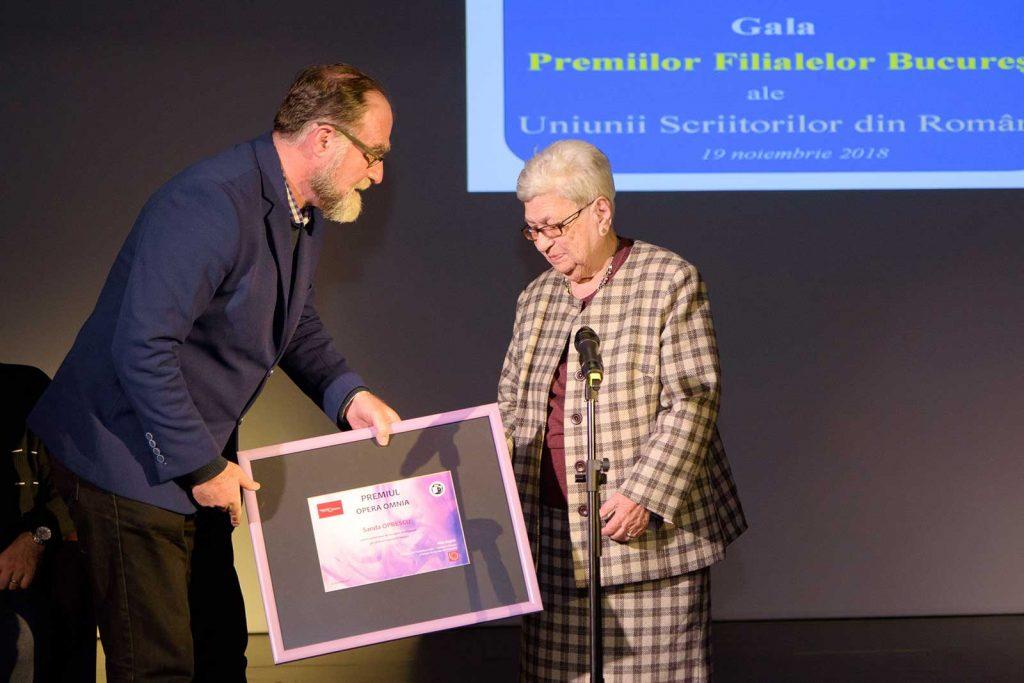 Sanda Oprescu primește premiul © foto Savu Mihuț