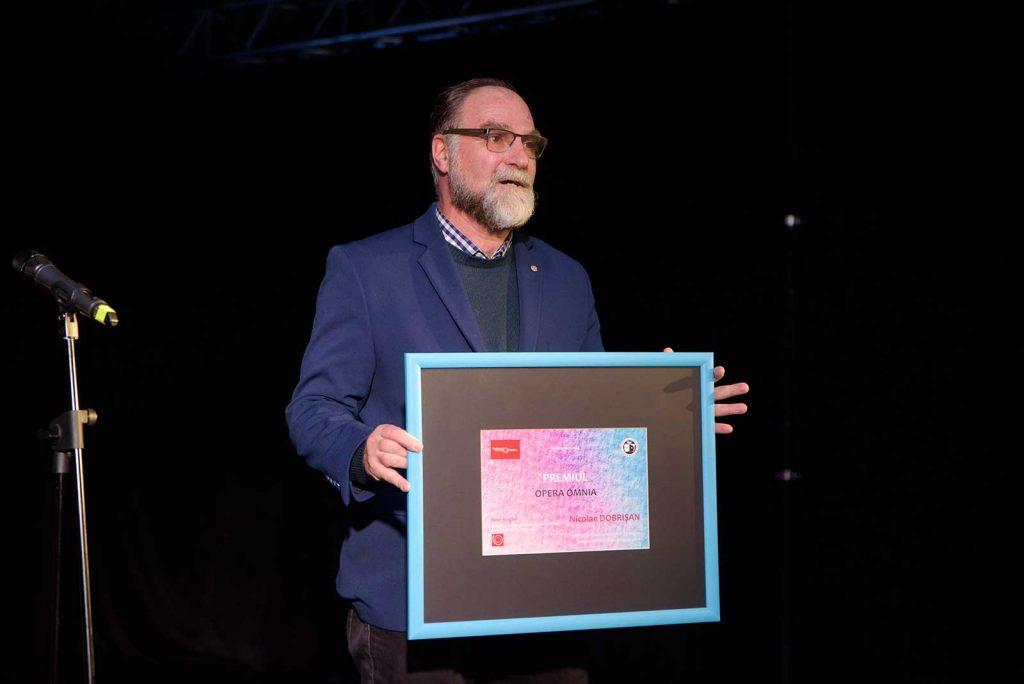 Președintele FITRALIT prezintă premiul pentru Nicolae Dobrișan © foto Savu Mihuț