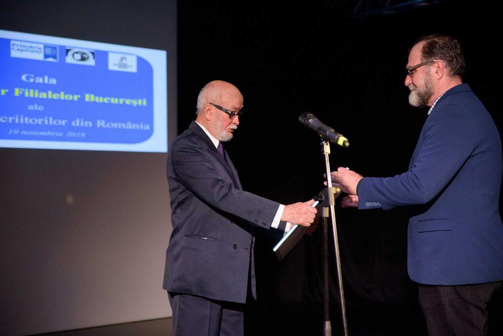 Nicolae Dobrișan primește premiul Opera Omnia © foto Savu Mihuț