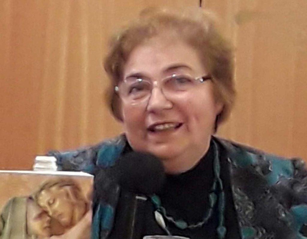 Oana Sălișteanu față cu cartea lui Jacopone