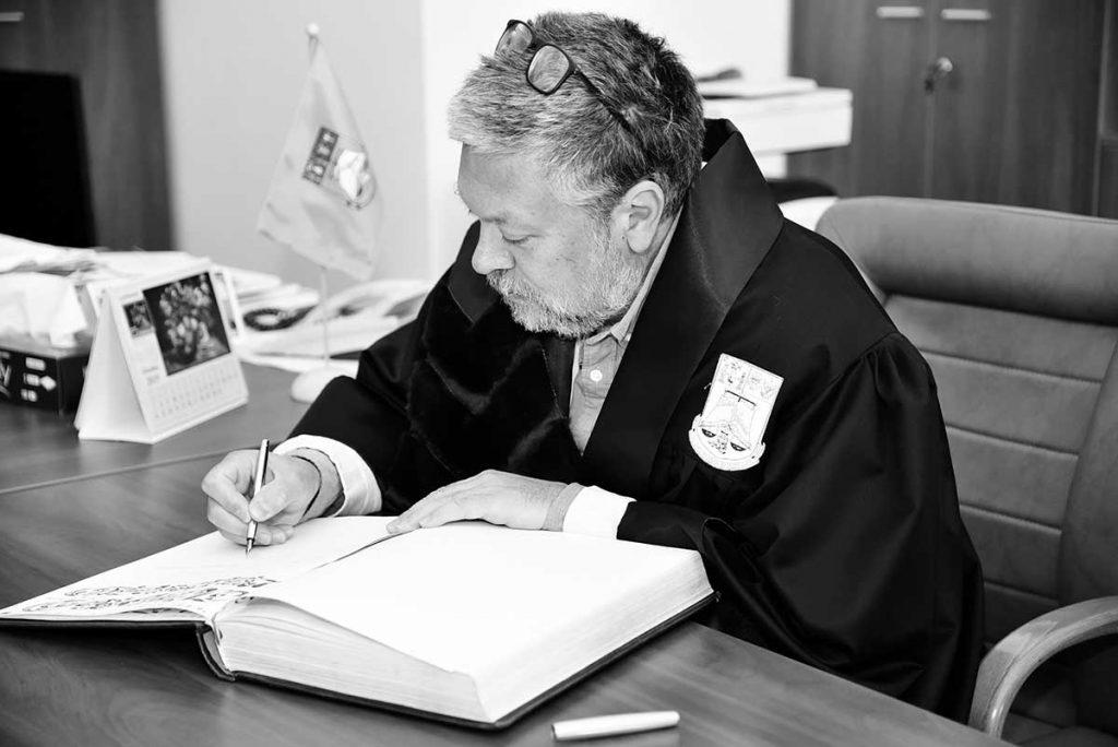 Mihail Siskin semnează în cartea de onoare a Universității din București