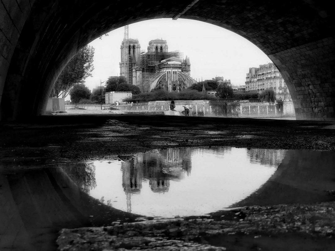 Clădirea înrămată de pod © foto Dan Ciupureanu