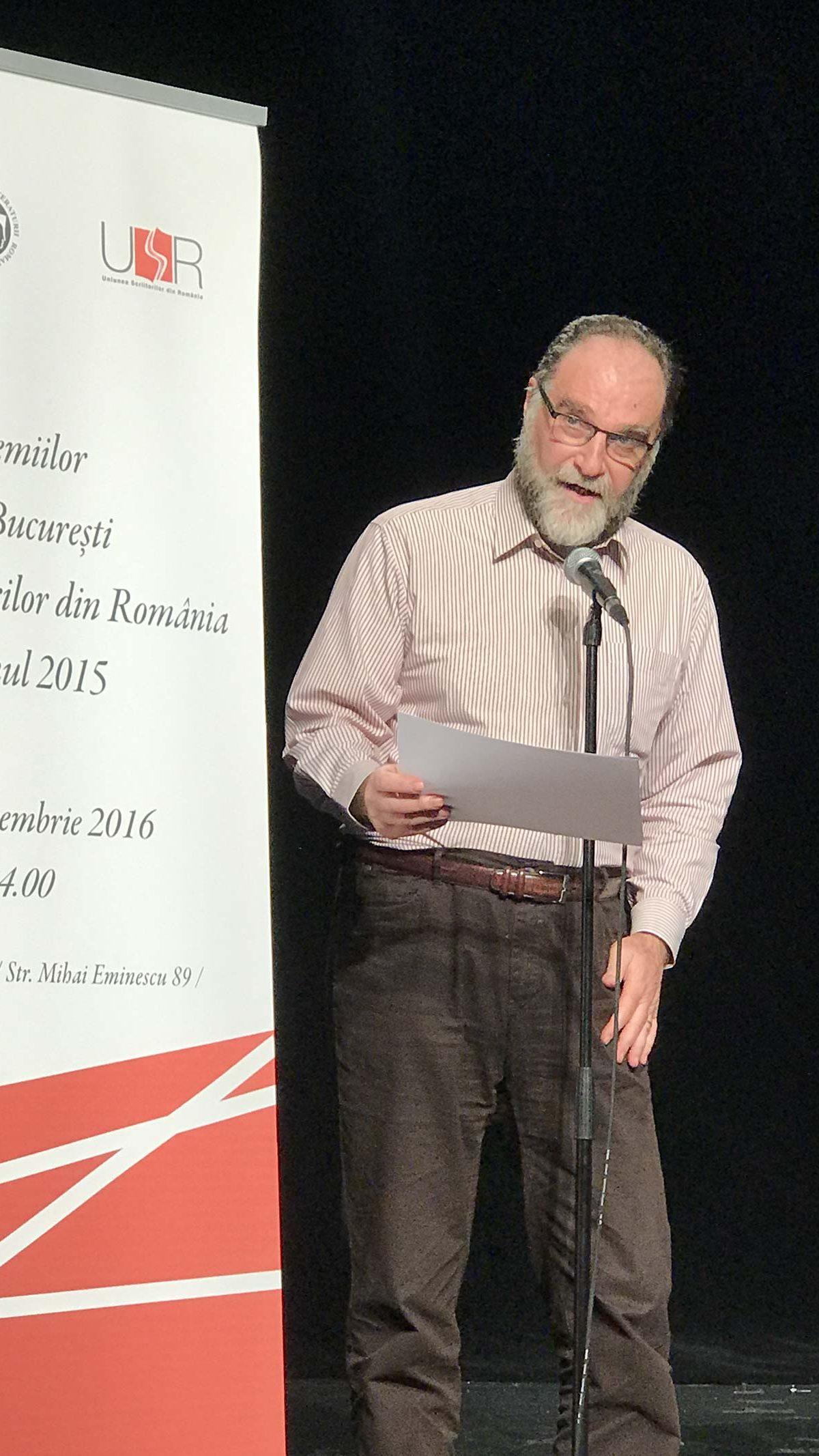 Peter Sragher arătând cu ochii spre premianții fitralit